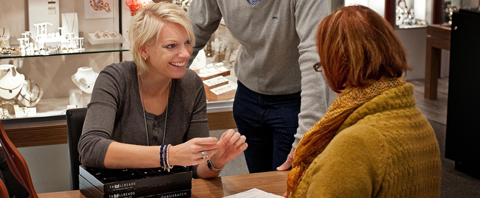 Wij zijn official Ebel horloge dealer, ervaren goudsmid. We zijn specialist in gouden sieraden en gedenksieraden en briljant sieraden. Vooral in briljant ringen  memoire  trouwringen