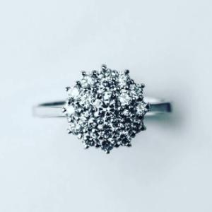 Diamond-1,5-karaat-witgouden-roset-ring-bij-Wolters-Juweliers-Coevorden-Emmen